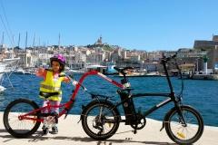 vélo suiveur accroché à un vélo électrique